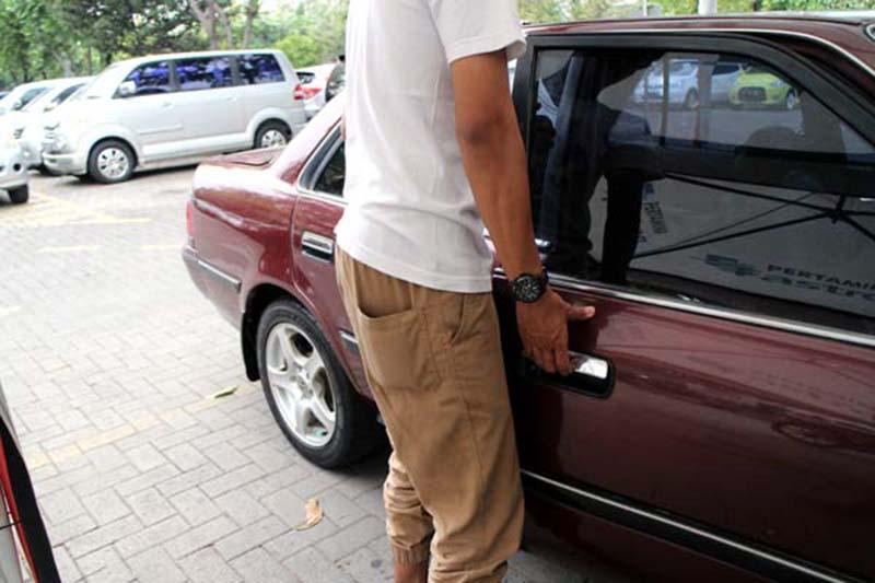 cara membuka pintu mobil