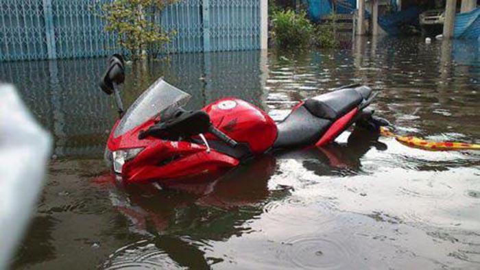 Cara Paling Efektif Mengatasi Motor yang Mogok Karena Banjir