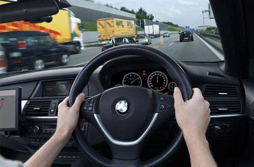 posisi tangan saat menyetir mobil